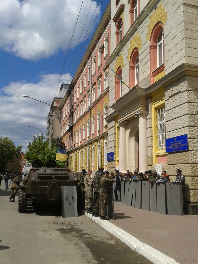 "Ivano-Frankivsk, 5 May 2014, APC outside police HQ with Maidan Self-Defence, Right Sector and Automaidan ""activists"""