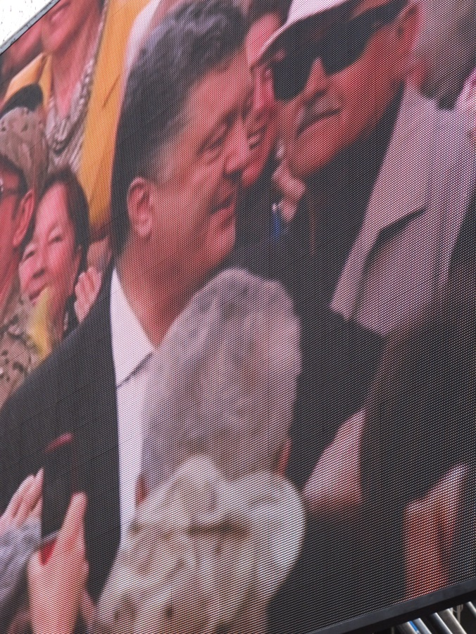 Not an oligarch, apparently; Poroshenko enters the stage through the crowd