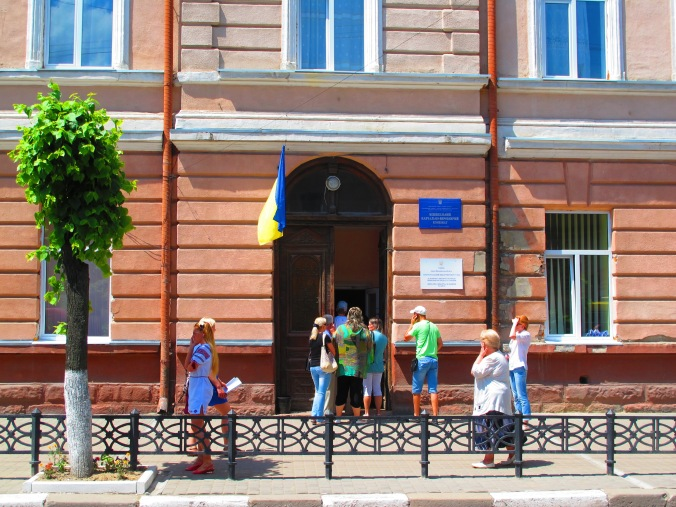 Polling station queue on Novhorodska Street, around 13:30, 25 May 2014.